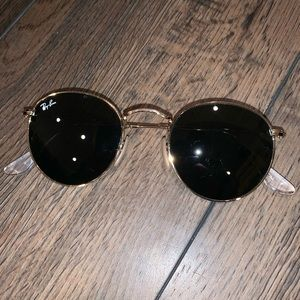 Black round Ray-Ban sunglasses